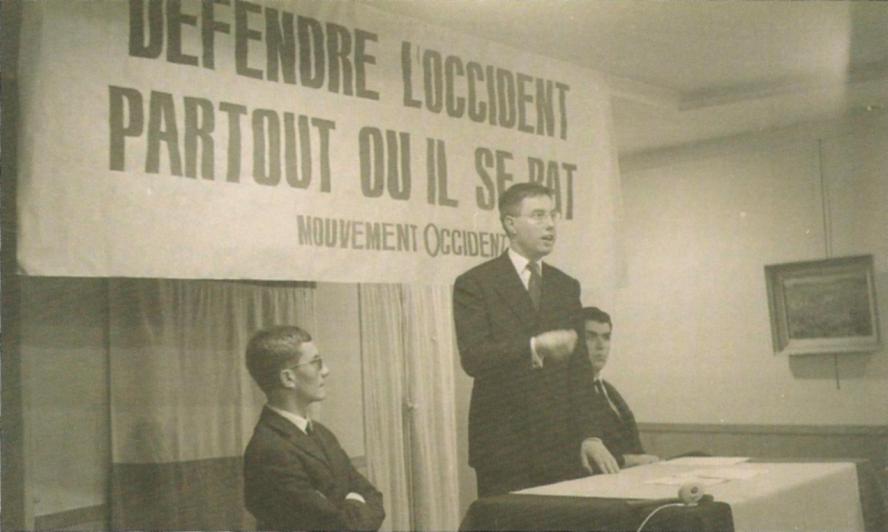 Pierre Sidos à la tribune d'une réunion du mouvement Occident (à se côtés Gérard Longuet) (1964)