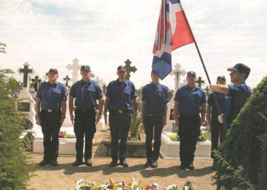 Des Militants de l'OE sur la tombe du Maréchal Pétain en 2011
