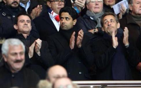 Triste symbole de la vassalisation de leur République : un ancien président et un premier ministre posent de part et d'autre de leur maître, lors d'un match de football.