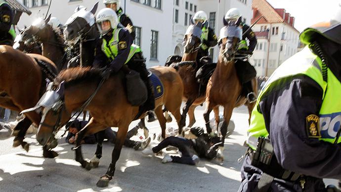 On dit que les animaux sentent ceux qui leur veulent du mal. C'est ce qui explique peut-être l'application des chevaux suédois à piétiner les extrémistes rouges.