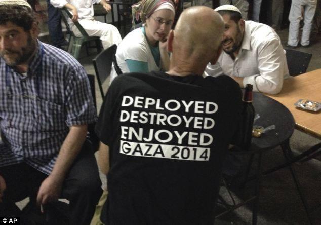 Envahir - Détruire - Se réjouir : Gaza 2014. Vêtement porté par un Juif se réjouissant des massacres de civils commis par son gouvernement.