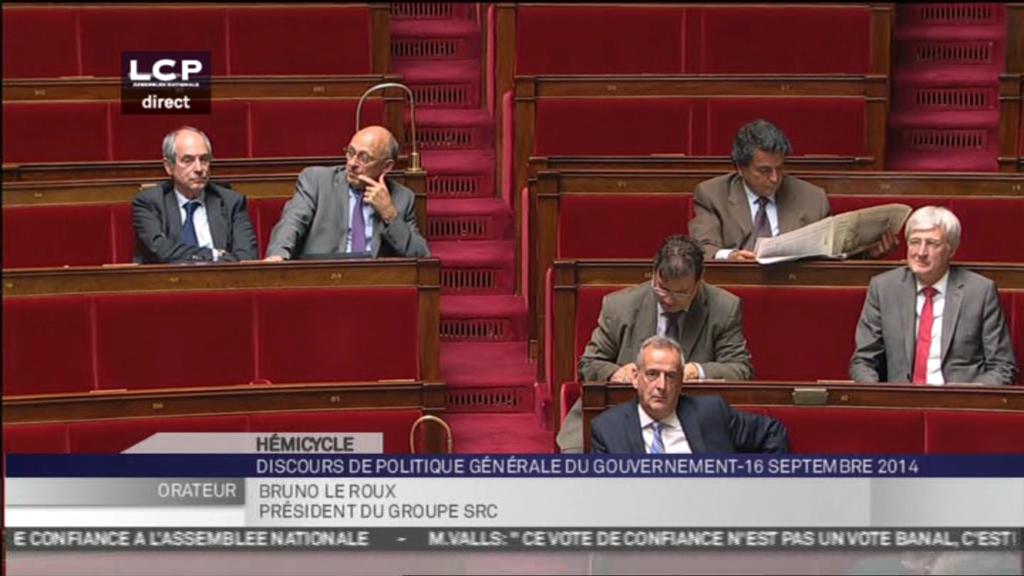 Pendant le vote de la confiance, les députés s'amusent, lisent le journal... Heureusement, le destin de la France ne se décide pas à l'Assemblée...