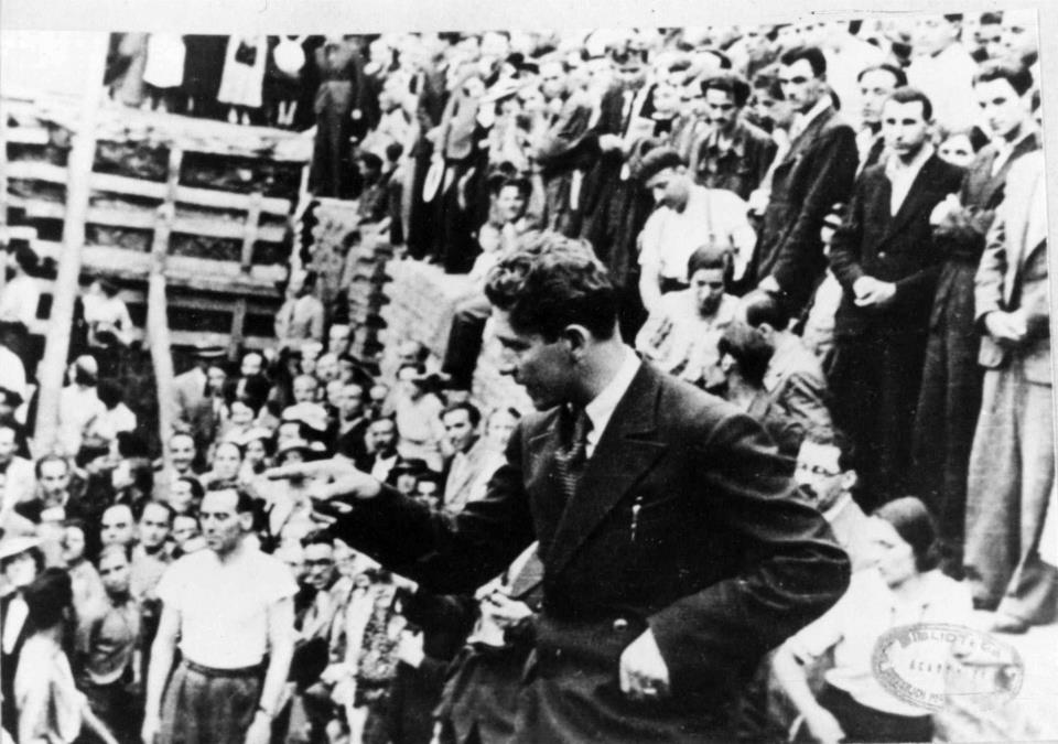 """Le """"Capitaine"""" lors d'une réunion publique en 1937."""