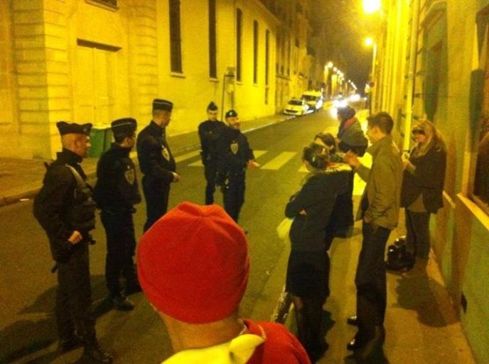 Les forces de l'ordre décident d'expulser de force 10 Sentinelles pacifiques et immobiles sur un trottoir face à l'Hôtel Matignon2