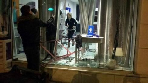 La vitrine du salon de coiffure de la commune avait volé en éclats dans la nuit du samedi 29 au dimanche 30 mars 2014