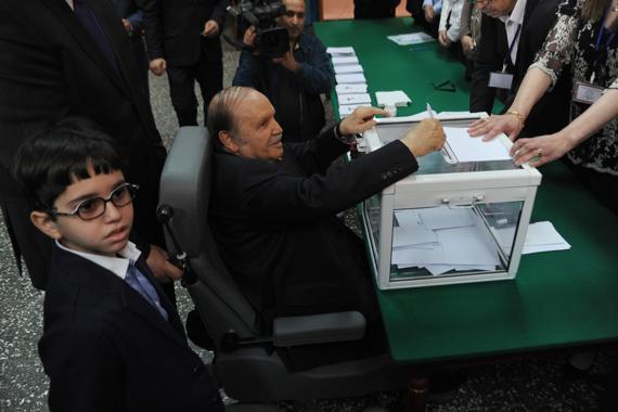 le_mort_vivant-bouteflika_sorti_par_les_maitres_de_l_algerie_pour_voter