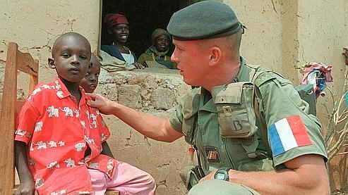 """Un soldat français envoyé risquer sa vie hier, trainé dans la boue aujourd'hui sans réaction de la """"République""""."""