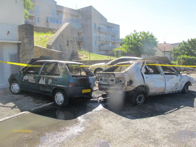 5_voitures_brulees_aubenas-samedi-03052014-