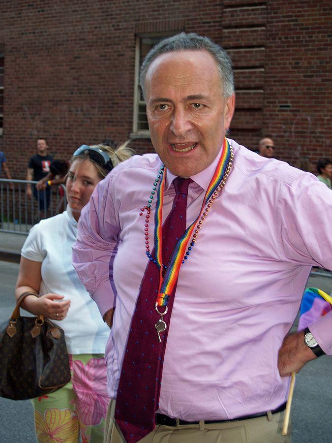 Charles Schumer durant une marche provocatrice de déviants sexuels