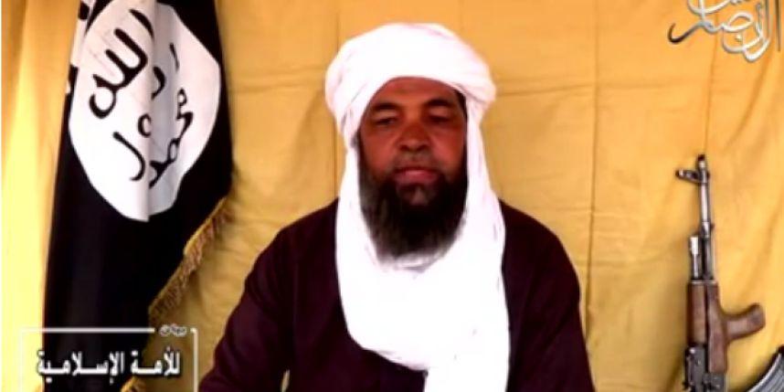 Iyad Ag Ghaly dans une vidéo du 29 juillet 2014, devant le drapeau islamique.