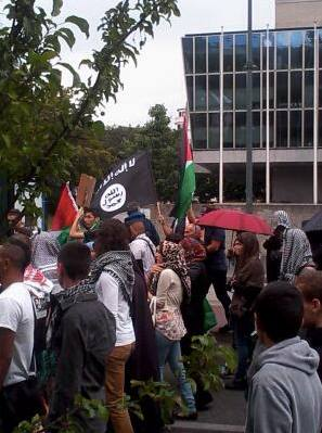 Manif Anneçy 02082014  le drapeau du Califat.