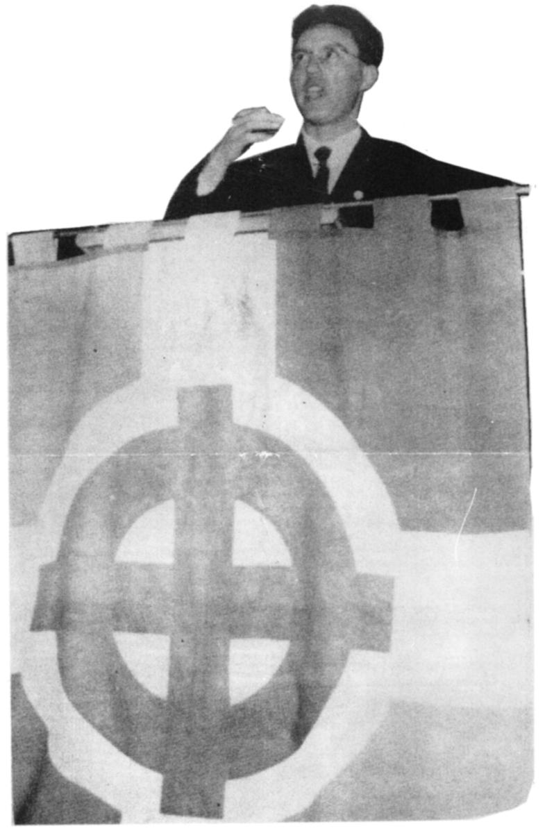 Pierre Sidos prononçant un discours.