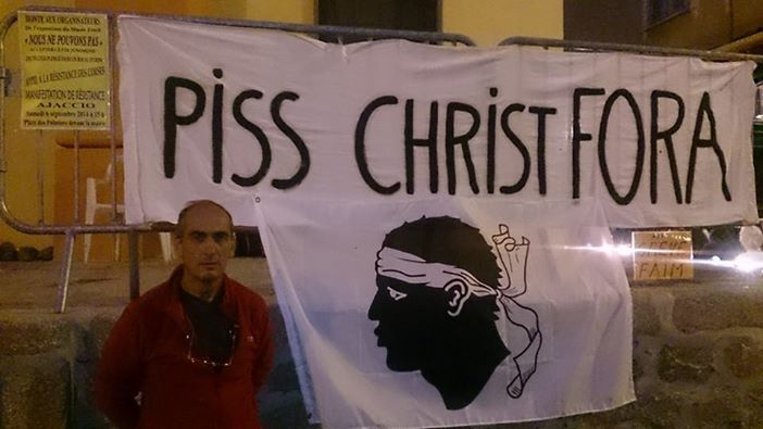 François Veyret-Passini devant la banderole Piss Christ Fora.