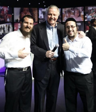 Le rabbin Chaim Nochum Cunin et Lipa Schmeltze entourent Jon Voight, le père d'Angelina Joli.