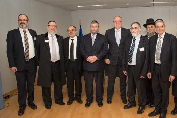 Le valet d'Israël Frans Timmermans, cinquième en partant de la gauche au milieu de ses maîtres