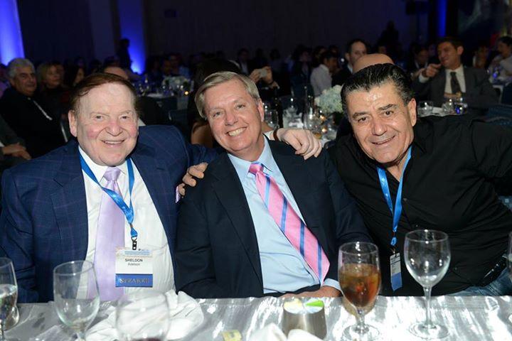 Sheldon Adelson, Lindsey Graham et Haim Saban lors de la conférence de l'IAC.