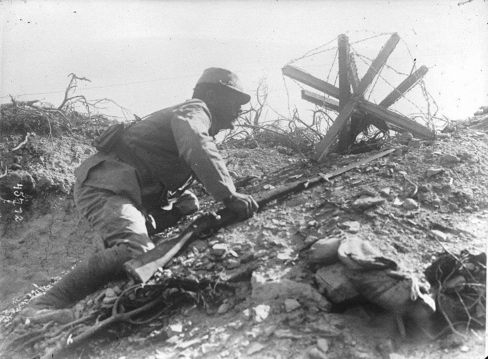 Soldat français rampant dans une tranchée aux Dardanelles (1915)