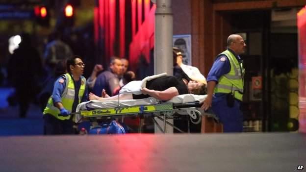 Un otage blessé évacué après l'assaut de la police.