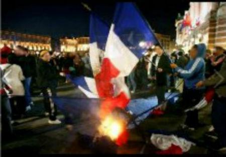 Un drapeau français brûlé et remplacé par un drapeau marocain en Corse