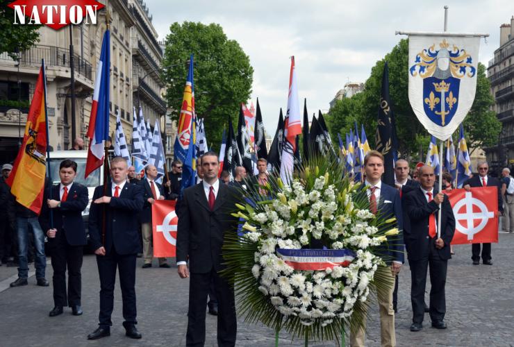 La gerbe en hommage à Jeanne d'Arc portée par deux militants