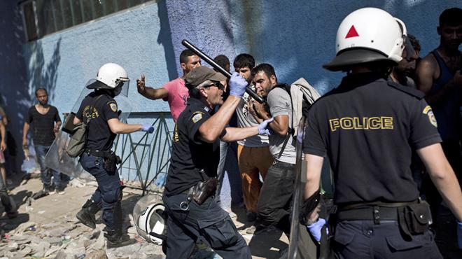 Les envahisseurs attaquent la Police à Lesbos