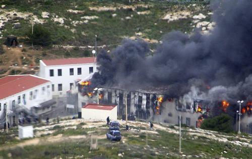 Des envahisseurs incendient un centre d'accueil à Lampedusa