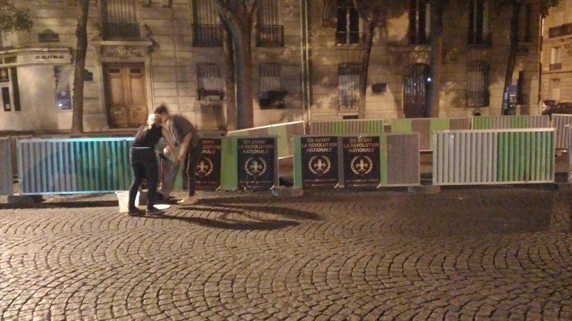Collage dans les rues de Paris par les  militantes des Caryatides et ceux du PNF