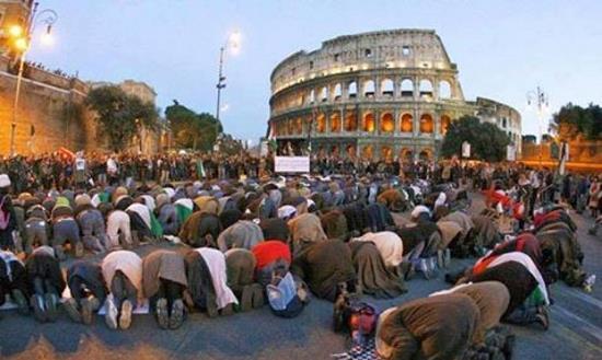 Italie : manifestation massive de colons islamiques devant le Colisée (vidéo)