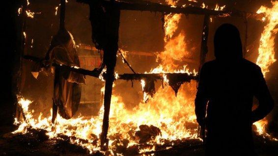 Incendies dans le bidonville de Calais : explosions de bouteilles de gaz, pompiers caillassés…
