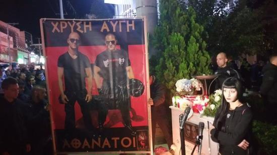 Grèce : hommage aux 2 militants d'Aube Dorée assassinés (vidéo)