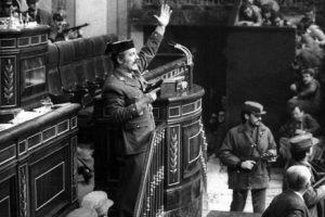 23 février 1981 : Aux Cortes, la députaille sous les bureaux. ¡ Viva Tejero ! (vidéo)